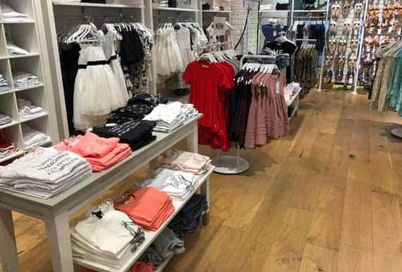 פרקט עץ מלא בחנות בגדים