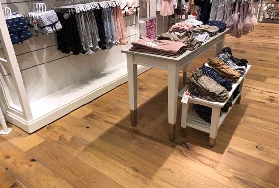 פרקט עץ מלא בחנות הלבשה