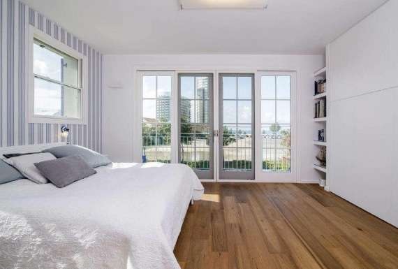 רצפת פרקט עץ בחדר שינה