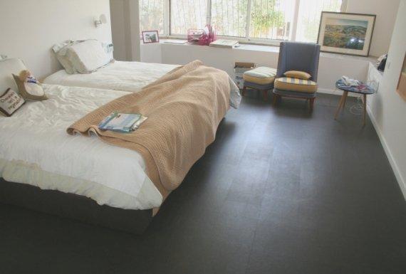 ריצוף פרקט בצבע שחור משעם בחדר שינה