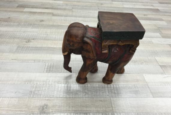 פיל מעץ על פרקט למינציה לבן