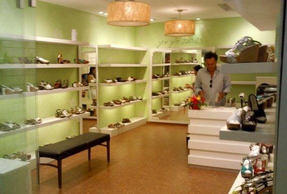 רצםת פרקט שעם בחנות נעליים