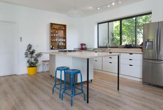 רצפת פרקט בהירה במטבח