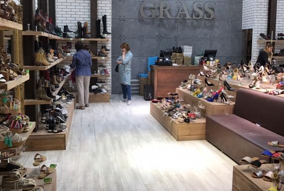 רצפת פרקט לבנה בחנות נעליים