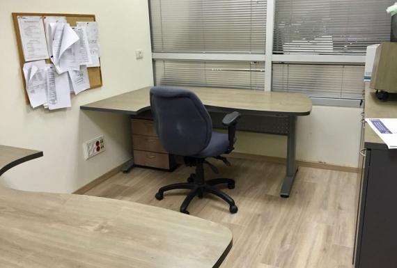 פרקט למינציה בצבע אפור לבן למשרד