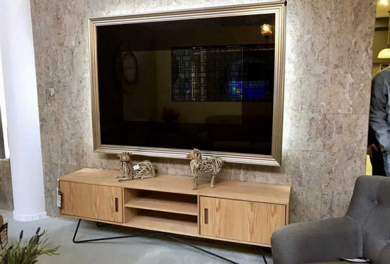 טלוויזיה תלויה על חיפוי קיר שעם בסלון
