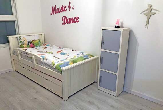 רצפת פרקט בצבע לבן בחדר ילדים