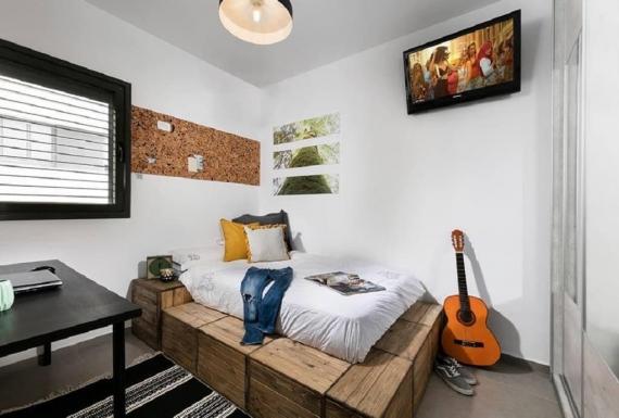 לוח נעיץ בחדר שינה לפי מידה