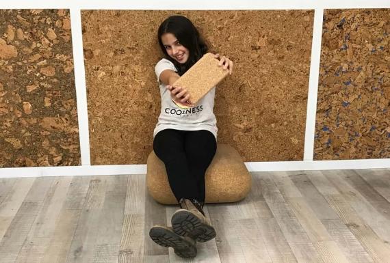 ילדה יושבת על קוביות יוגה משעם