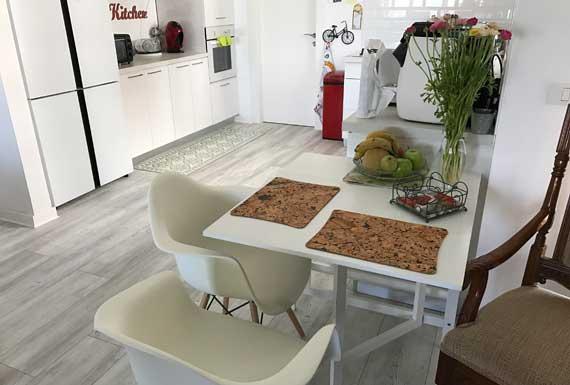 פרקט בגווני לבן למטבח