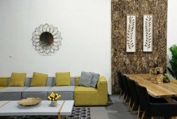 קיר שעם דקורטיבי בסלון והפינת אוכל