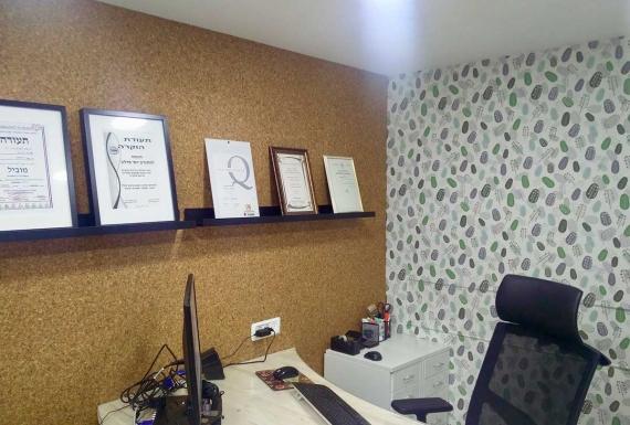 עיצוב משרד עם קיר שעם
