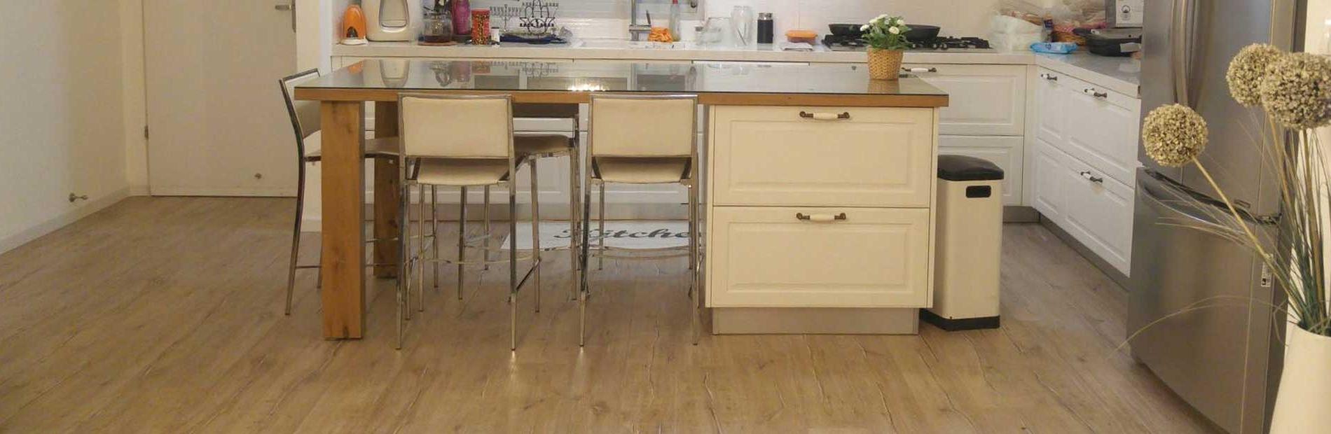 רצפת פרקט במטבח