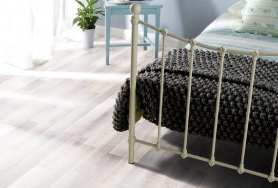 פרקט אפור בחדר שינה