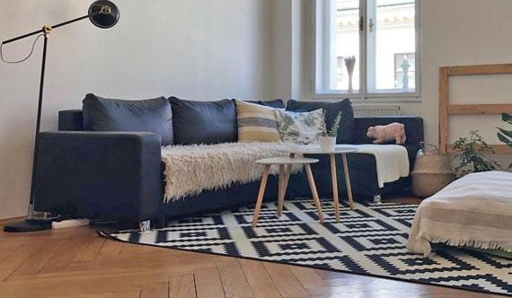 עיצוב מעורר עניין עם רצפת פישבון לסלון