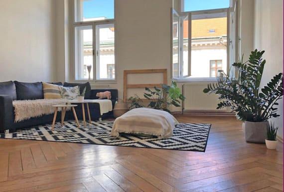 איך מעצבים סלון עם רצפת פישבון