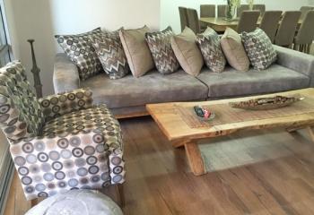 הסלון בדירה ביבנה שחופתה בפרקט עץ של ארודור