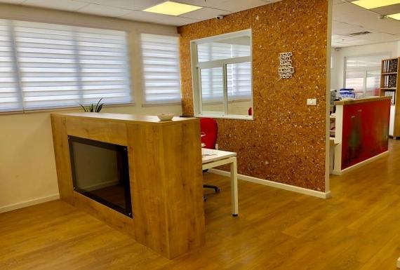 ריצוף פרקט וחיפוי קיר שעם במשרד