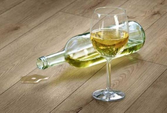 יין נשפך על רצפת פרקט
