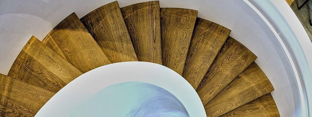 חיפוי פרקט עץ למדרגות