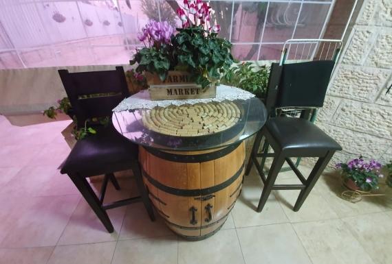 שולחן חבית מקושט פקקי שעם